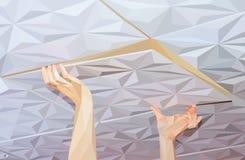 Installatie van plafondtegels van polystyreen wordt gemaakt dat Stock Fotografie