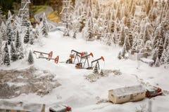 Installatie voor extractieolie, de winter in de bergen royalty-vrije stock fotografie
