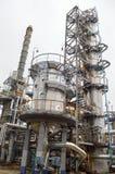 Installatie voor verwerkingsolie met kolommen en pijpen raffinaderij stock afbeeldingen