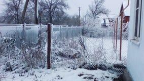 Installaties met sneeuw in het dorp worden behandeld dat Stock Foto
