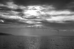 Installatietorens door het meer stock fotografie