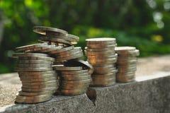 Installatievloer op barst het groeien met muntstukkenconcept royalty-vrije stock foto's