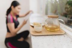 Installation à la maison de yoga avec le thé Accessoires de zen pour la méditation et la relaxation à la maison image libre de droits