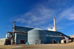 Installation agricole de grand bâtiment en acier avec la poubelle de grain et l'EL Photo stock