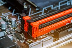 Installation av datorminnet som installerar datorRAM till moderkortet royaltyfri foto
