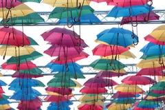 Installation av de färgglade paraplyerna Fotografering för Bildbyråer