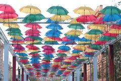 Installation av de färgglade paraplyerna Arkivbild