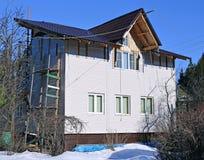 Installation av den beigea sidingen för paneler på fasaden Arkivbild