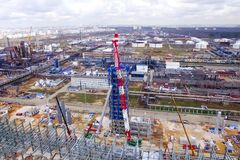 Installation av den omdanande kolonnen på Moskvaoljeraffinaderiet arkivfoton