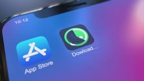 Installation av den Whatsapp appen på den moderna iPhonesmartphonen Redaktörs- gem arkivfilmer