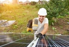 Installation av det galvaniska panelsystemet för fristående yttre foto Förnybar grön energiutveckling fotografering för bildbyråer