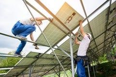 Installation av det galvaniska panelsystemet för sol- foto royaltyfri foto