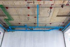 Installation av elektriskt och rörmokeri i byggnaden kopiera avstånd royaltyfri bild