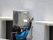 Installation av en ny luftkonditioneringsapparatenhet Arkivfoto