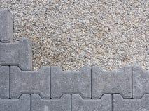 Installation av en självlåsande grå färg för golv Arkivfoto