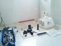 Installation av en toalett Arkivbild