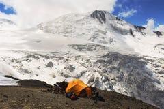 Installation av ett tält i berghögländerna Royaltyfria Bilder