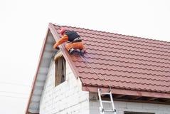 Installation av ett tak royaltyfria foton