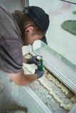 Installation av fönsterfönsterbrädan Arkivfoton