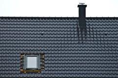 Installation av fönstret i belagt med tegel tak Arkivbild