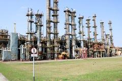 Installation av gasavskiljandet, många kemiska kolonner för beriktigande, rör, värme som utbyter utrustning på ett oljeraffinader arkivbild