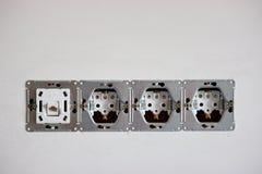 Installation av håligheter och strömbrytare, 220 volt kontaktdon för internet grovt fullföljande i reparationen elektriskt arbete arkivbild