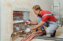 Installation av hem- uppvärmning royaltyfria foton
