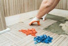 Installation av keramiska tegelplattor Arkivfoton