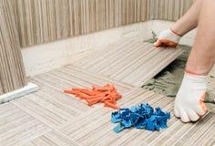 Installation av keramiska tegelplattor Arkivfoto