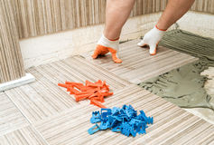 Installation av keramiska tegelplattor Royaltyfri Bild