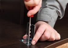 Installation av möblemangmonteringar som monterar - konsol för slien Royaltyfri Bild