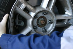 installation av mekanikerhjulet Arkivfoton