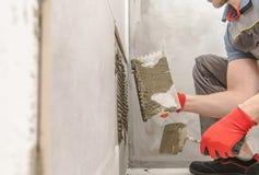 Installation av moderna keramiska tegelplattor royaltyfria bilder