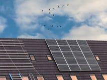 Installation av nya sol- paneler på tak Arkivbild