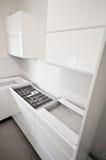 Installation av nytt vitt kök royaltyfri fotografi