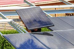 Installation av semitransparent sol- enheter arkivfoton