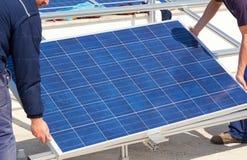 Installation av solpanelen Arkivbild