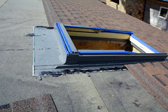 Installation av takfönster i nytt hus Bitumentaksinglar Dunstbarriär och Waterproofing oavslutat tak royaltyfria foton