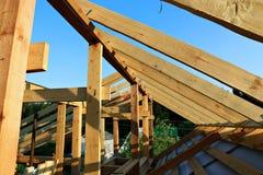 Installation av trästrålar på konstruktion Royaltyfri Fotografi