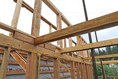 Installation av trästrålar på konstruktion takbråckbandsystemet Fotografering för Bildbyråer