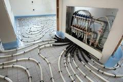 Installation av underfloor uppvärmning arkivfoto