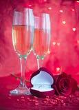 Installation avec le champagne, rose romantiques et la bague de fiançailles Photographie stock