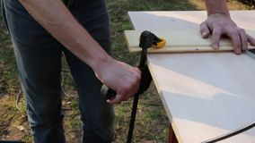 Installation and clamping of the guide bar stock footage