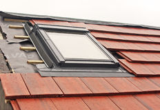 Installation d'hublot de Velux Photographie stock