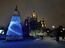Installation d'un arbre de Noël sur une rue de ville Photographie stock libre de droits