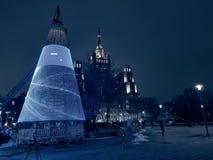 Installation d'un arbre de Noël sur une rue de ville Photo libre de droits