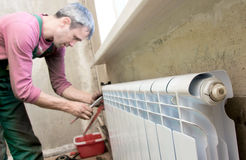 Installation d'un radiateur Images libres de droits