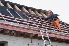 Installation d'un toit images libres de droits