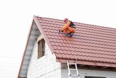 Installation d'un toit photos libres de droits