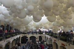 Installation de ballon de battement de coeur dans le jardin de Londres Covent Image libre de droits